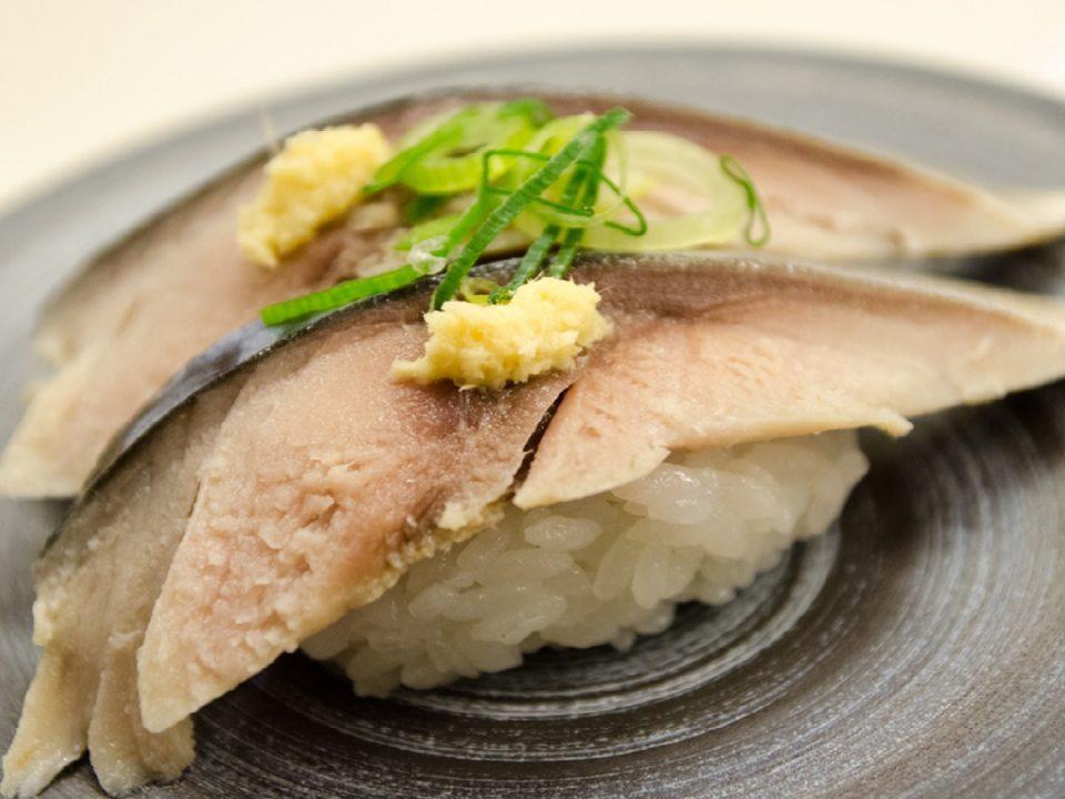 nigiri-sushi mit makrelenfilet